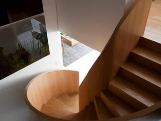 Modern corridor, hallway & stairs by Toninho Noronha Arquitetura Modern