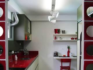 Cozinha Apimentada: Corredores e halls de entrada  por Juliana Matos Arquitetura e Interiores
