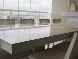 Porcelanato em tudo é tudo!: Salas de jantar  por Juliana Matos Arquitetura e Interiores