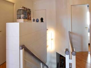 Petits aménagements = Grande utilité : Couloir et hall d'entrée de style  par Marie.A Design