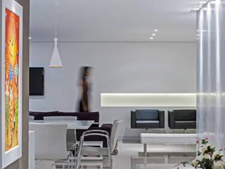 Minimalistische woonkamers van Studio Boscardin.Corsi Arquitetura Minimalistisch