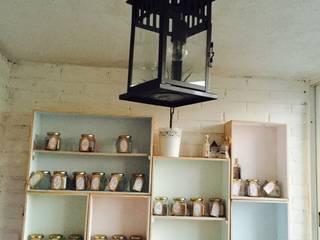 Iluminación: Terrazas de estilo  de BOOMHUT INTERIORISMO