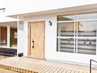 風合いが良い感じの玄関: 株式会社Standardが手掛けた廊下 & 玄関です。