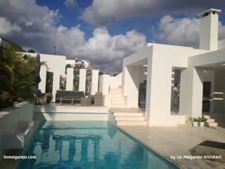 Villa Cala de Mijas: Piscinas de estilo  de Lis Melgarejo Arquitectura