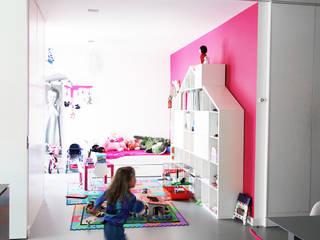 GLOSSY - realizacja Minimalistyczny pokój dziecięcy od PROSTO architekci Minimalistyczny