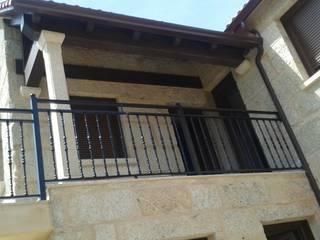 Case moderne di Construcciones y Reformas San Cibran, s.l. Moderno