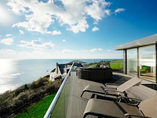 Overcombe, Bigbury-on-Sea | Devon Modern balcony, veranda & terrace by Perfect Stays Modern