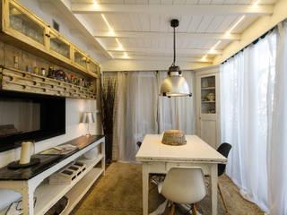 Appartamento modern country Sala da pranzo moderna di Fabio Carria Moderno