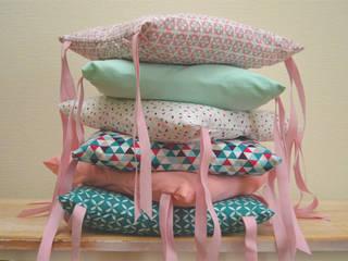 Tour de lit 6 coussins déhoussables, roses et bleus:  de style  par Ma cocotte