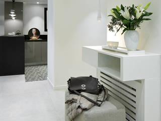 Pasillos y vestíbulos de estilo  por Molins Design