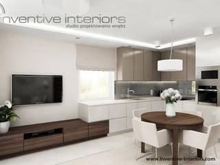 Zabudowa kuchenna połączona z szafką rtv: styl , w kategorii Kuchnia zaprojektowany przez Inventive Interiors