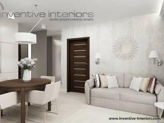 Ekskluzywna tapeta i dekoracyjne lustro w salonie: styl , w kategorii Salon zaprojektowany przez Inventive Interiors