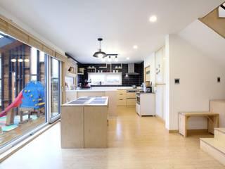 Кухня в стиле модерн от 위드하임 Модерн