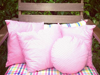 coussins coloris rose à petits pois:  de style  par lililamaloulou