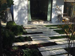 Paso losas: Jardines de estilo  de Irati Paisajismo
