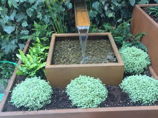 Fuente en acero corten: Jardines de estilo  de Irati Paisajismo
