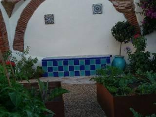 Banco y arco con azulejos: Jardines de estilo  de Irati Paisajismo
