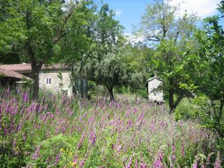 Rehabilitación de vivienda rural tradicional en Negreira - Brión: Jardines de estilo  de Ezcurra e Ouzande arquitectura