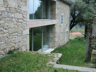 Rehabilitación de vivienda rural tradicional en Negreira - Brión: Casas de estilo  de Ezcurra e Ouzande arquitectura