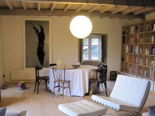 Rehabilitación de vivienda rural tradicional en Negreira - Brión: Salones de estilo  de Ezcurra e Ouzande arquitectura
