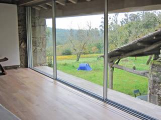 Rehabilitación de vivienda rural tradicional en Negreira - Brión: Dormitorios de estilo  de Ezcurra e Ouzande arquitectura