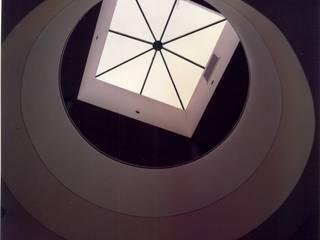 Claraboya para iluminación sector central. Pasillos, vestíbulos y escaleras de estilo tropical de OMAR SEIJAS, ARQUITECTO Tropical