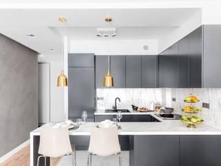 Zaskakujące połączenie stylów : styl , w kategorii Kuchnia zaprojektowany przez Decoroom