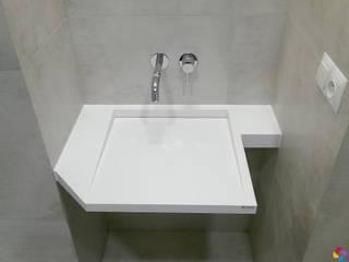 Umywalka z odpływem liniowym w nietypowym kształcie Nowoczesna łazienka od Luxum Nowoczesny