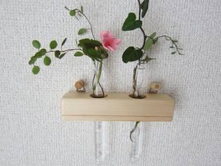 木の壁掛け二連一輪挿し: 作房和樂(サボウワラク)が手掛けた折衷的なです。,オリジナル