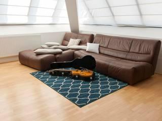 Wohnzimmerteppiche bei onloom: moderne Wohnzimmer von onloom GmbH