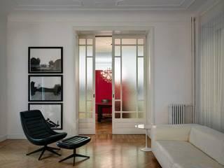 Casa GR: Soggiorno in stile  di Buratti Architetti