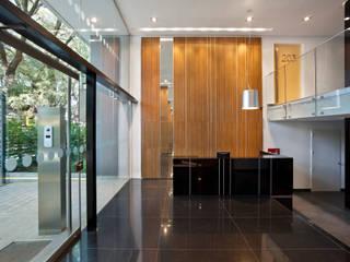 JV&ARQS Asociados Pasillos, vestíbulos y escaleras de estilo moderno
