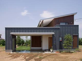 新田の家: 空間設計室/kukanarchiが手掛けたガレージです。
