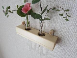 木の壁掛け二連一輪挿し: 作房和樂(サボウワラク)が手掛けたです。