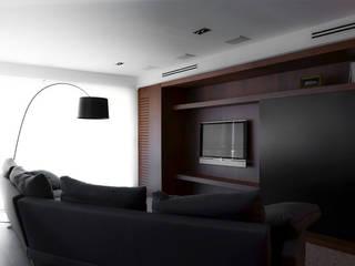 VIVIENDA - GRAN VÍA: Salones de estilo  de XIMO ROCA DISEÑO