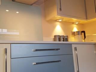 Blue & Cream Gloss Kitchen, Aberdare, South Wales Cocinas de estilo moderno de Hitchings & Thomas Ltd Moderno