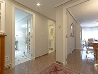 Classic style corridor, hallway and stairs by Marca de Casa Classic