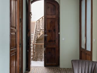 Pasillos, halls y escaleras mediterráneos de LLIBERÓS SALVADOR Arquitectos Mediterráneo