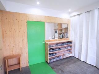 京都M社改装計画: ニュートラル建築設計事務所が手掛けた廊下 & 玄関です。