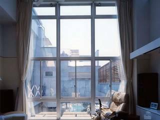 リビング窓: 株式会社 t2・アーキテクトデザイン 一級建築士事務所が手掛けた窓です。