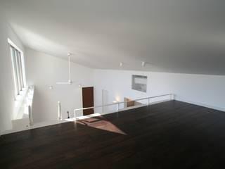 Moderner Multimedia-Raum von 株式会社 t2・アーキテクトデザイン 一級建築士事務所 Modern Holz Holznachbildung
