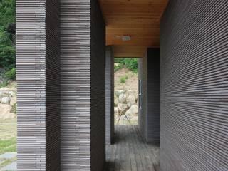 윤성하우징 Modern corridor, hallway & stairs