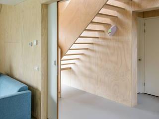 Zomerhuis Midlaren:  Gang en hal door Kwint architecten