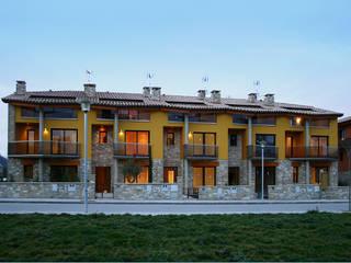 Conjunto de 5+5 viviendas en hilera en Tona (Barcelona): Casas de estilo  de ALENTORN i ALENTORN ARQUITECTES, SLP