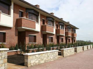 Conjunto de 6 viviendas en hilera en Sta. Eulàlia de Riuprimer (Barcelona): Casas de estilo  de ALENTORN i ALENTORN ARQUITECTES, SLP