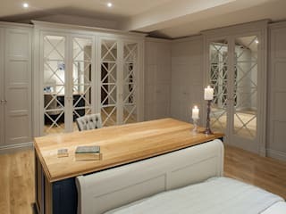 Bespoke Bedroom with concealed doors to en-suite Sculleries of Stockbridge Cuartos de estilo clásico