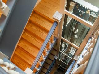 Instalación de ascensores en edificios residenciales Pasillos, vestíbulos y escaleras de estilo clásico de Ezcurra e Ouzande arquitectura Clásico