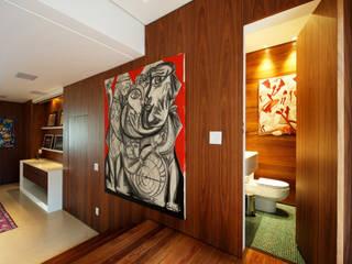 Pasillos, vestíbulos y escaleras de estilo moderno de Régua Arquitetura Moderno