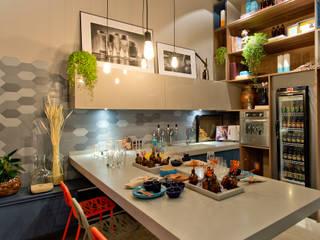 Modern dining room by Sarau Arquitetura Modern