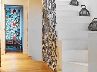 Pasillos, vestíbulos y escaleras de estilo minimalista de Opera s.r.l. Minimalista